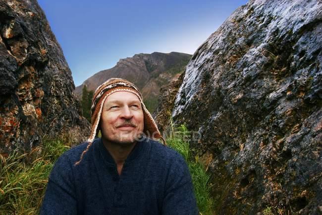 Hombre goza de paisajes - foto de stock