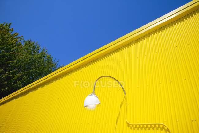 Parede de metal amarelo — Fotografia de Stock