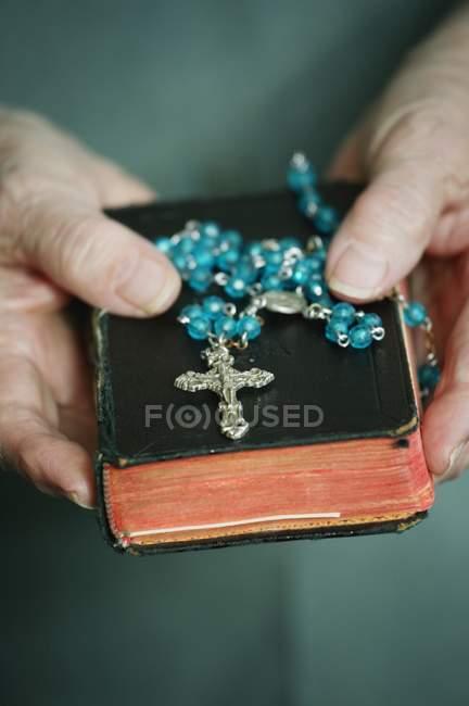 Bíblia e o Rosário — Fotografia de Stock