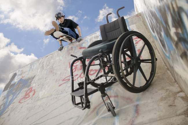 Portatori di handicap Boy At The Skating Park durante il giorno — Foto stock