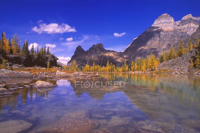 Montagnes contre ciel nuageux — Photo de stock