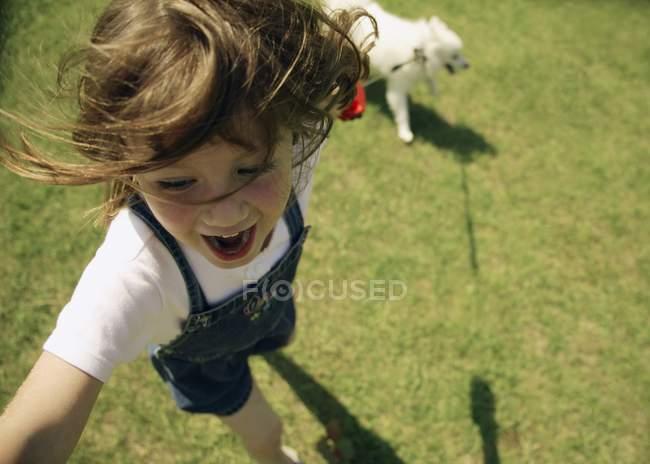 Enfant jouant avec son chien — Photo de stock