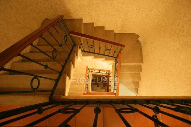 Draufsicht auf das beige Treppenhaus im Gebäude — Stockfoto