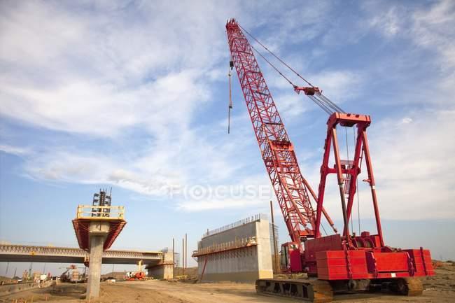 Строительство моста с помощью крана — стоковое фото