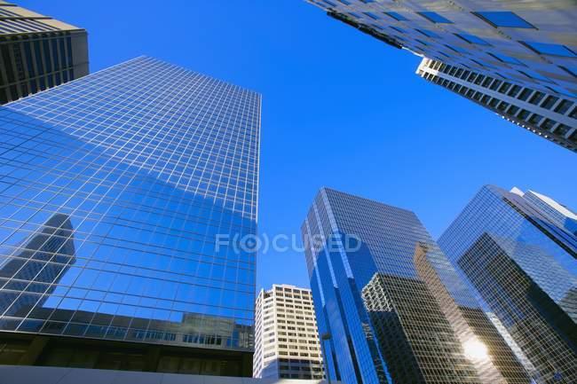 Vista de edificios modernos - foto de stock
