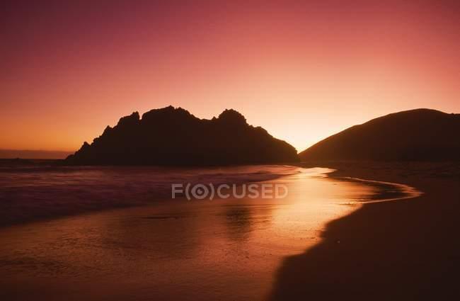Eau de mer avec des collines — Photo de stock