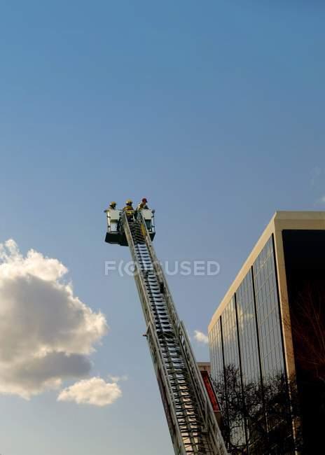 Leiter gegen bewölkten Himmel — Stockfoto