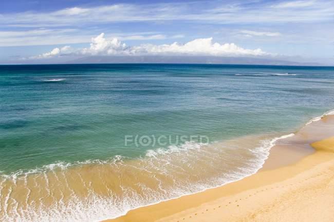 Піщаний пляж з хвилястим води — стокове фото