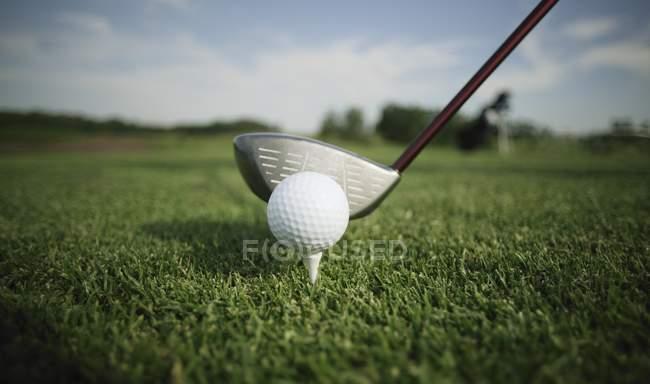 Golf Ball Tee und Club — Stockfoto