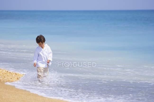 Молодий хлопчик прогулянки — стокове фото