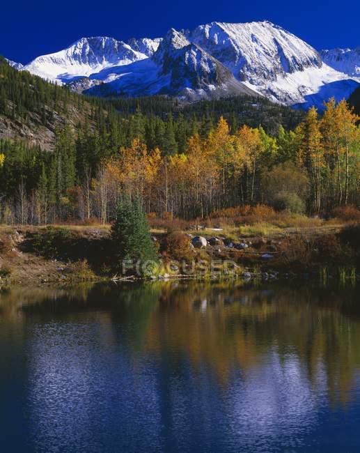 Reflet de montagne dans l'étang — Photo de stock