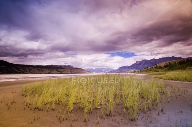 Reizvolle Landschaft mit Bergen — Stockfoto
