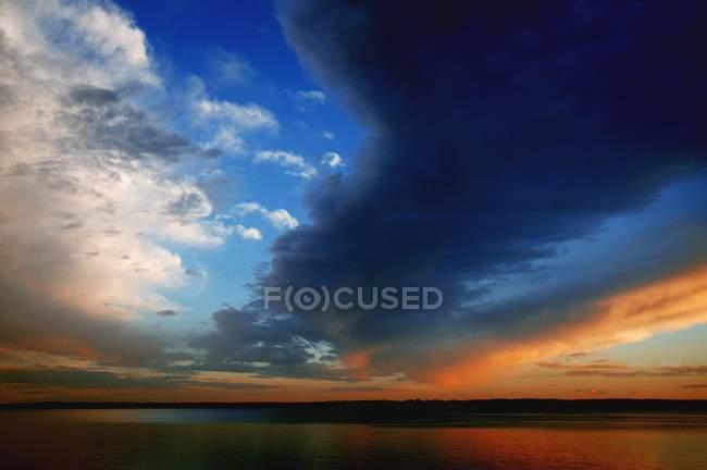 Sonnenuntergang über dem wasser — Stockfoto