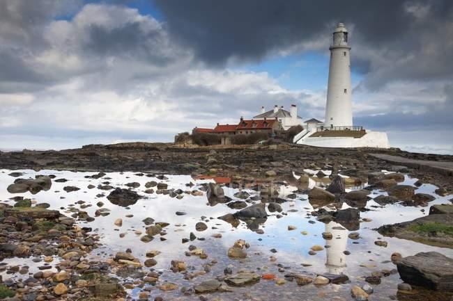 Leuchtturm am felsigen Strand — Stockfoto