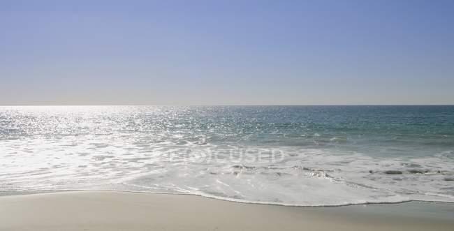 Морской пейзаж с волнистой водой — стоковое фото