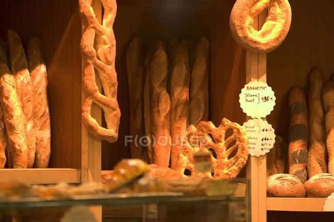 Хлібобулочні у Франції з різними сортами хліба — стокове фото