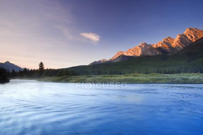 Восход солнца над скалистыми вершинами гор — стоковое фото