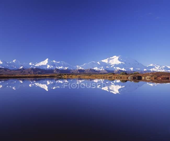Montanhas com picos de neve — Fotografia de Stock