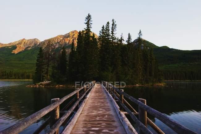 Boardwalk de madeira do outro lado do lago — Fotografia de Stock