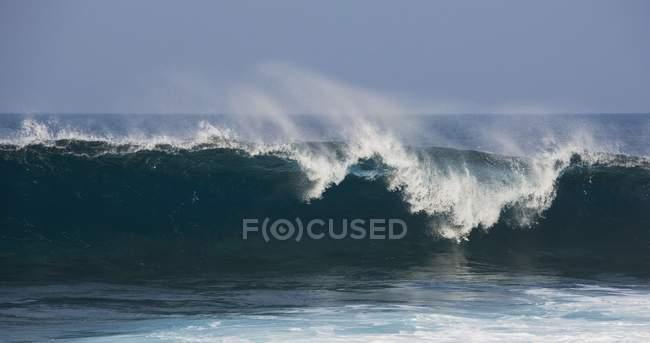 Прорыв океанских волн в кривую — стоковое фото
