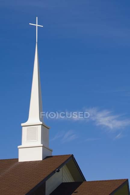 Kirche-Kirchturm über Dach — Stockfoto