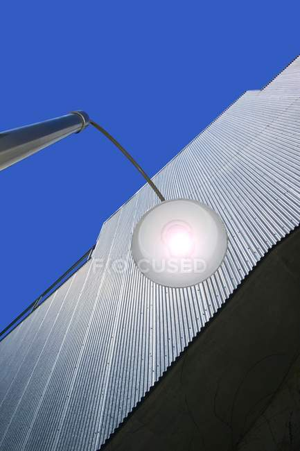 Edificio con lámpara de exterior - foto de stock