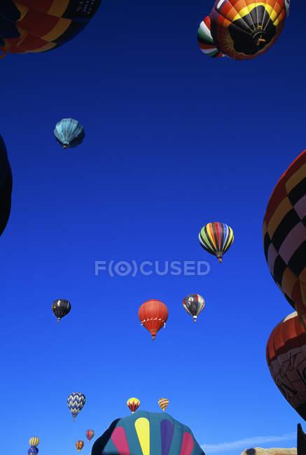 Повітряні кулі в польоті — стокове фото