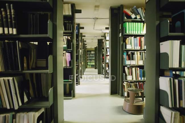 Étagères avec livres dans une grande bibliothèque publique — Photo de stock