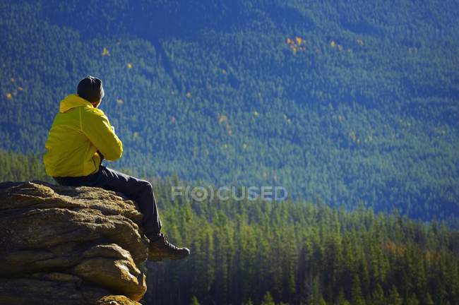 Hombre pensando en la montaña - foto de stock