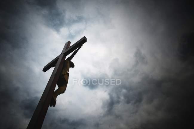 Jesus hängt am Kreuz — Stockfoto