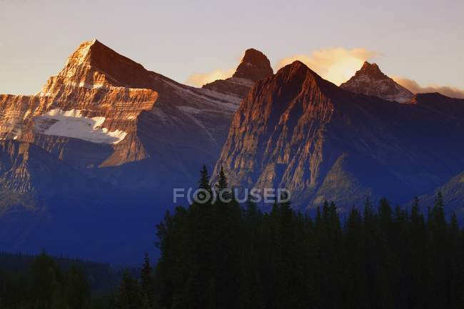 Mountains with rocky peaks — Stock Photo
