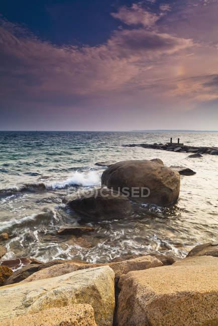 Светящиеся розовые облака на закате и скалах — стоковое фото
