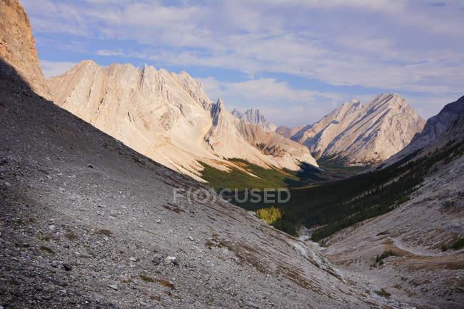 Valle di montagna al mattino — Foto stock