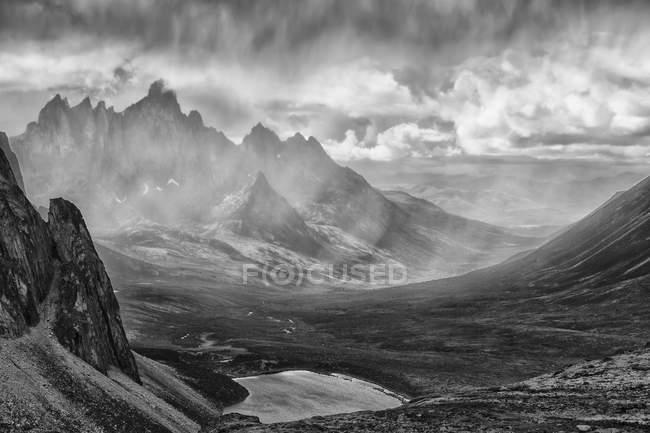 Tempestade de chuva sobre Tombstone Valley — Fotografia de Stock