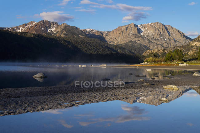 Lac June au lever du soleil dans le bassin de Mono — Photo de stock