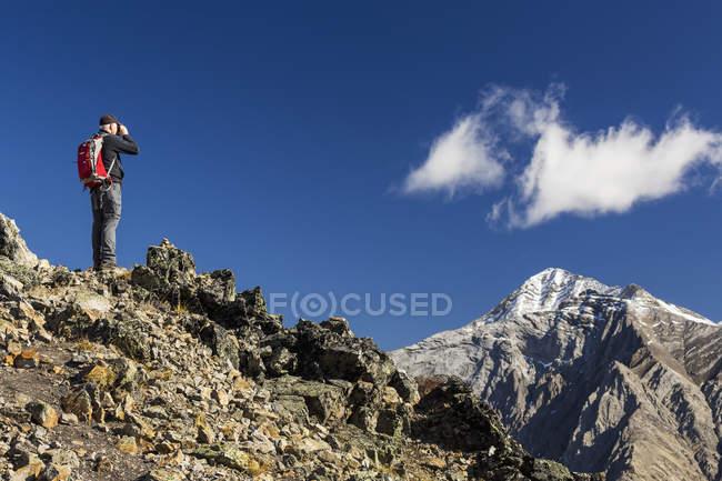 Männliche Wanderer stehen an der Spitze — Stockfoto