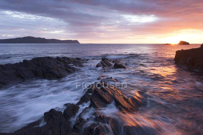 Tramonto con vista dalla riva — Foto stock