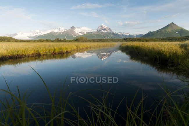 Paisaje de Alaska con las montañas - foto de stock