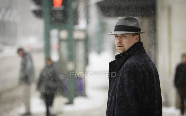 Homme portant gris Trilby et pardessus sombre — Photo de stock