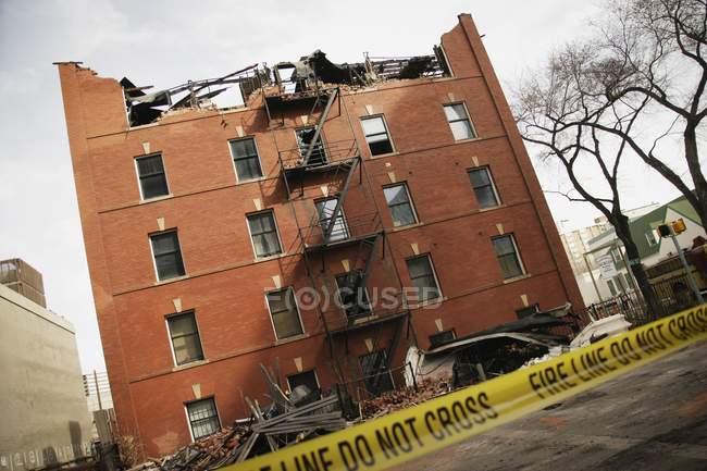Згорів будинок на вулиці — стокове фото