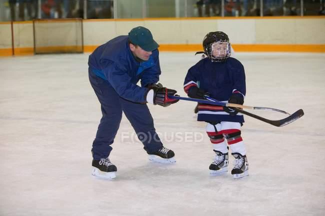 Entrenador y jugador de Hockey en el hielo - foto de stock