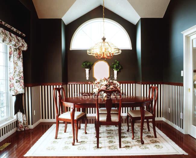 Esszimmer mit Holztisch — Stockfoto