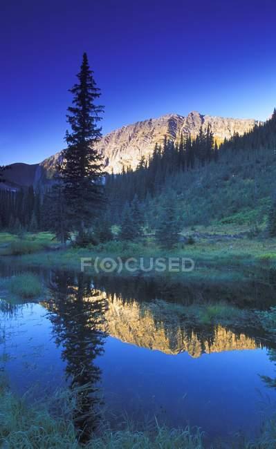 Small Calm Mountain lake — Stock Photo