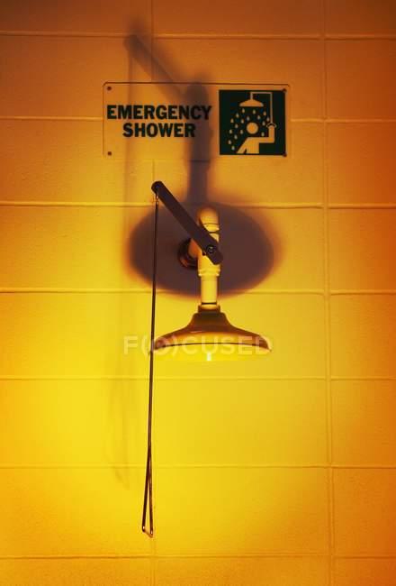 Аварийный душ с ручкой и знаком в лаборатории — стоковое фото