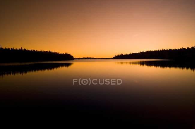 Orangefarbener Sonnenuntergang auf dem Meer — Stockfoto