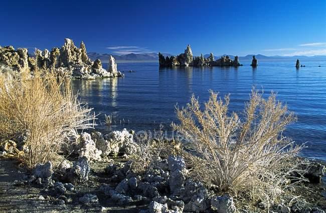 Blick auf felsigen Strand mit Steinen — Stockfoto