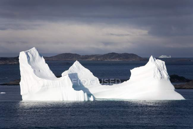 Eisberg schwimmt im Wasser — Stockfoto