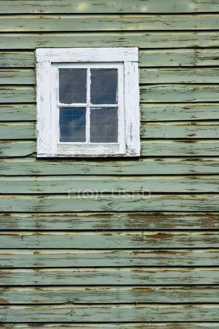 Finestra del fienile stagionato — Foto stock