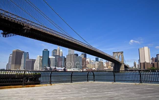 Puente de Brooklyn y horizonte del Bajo Manhattan - foto de stock