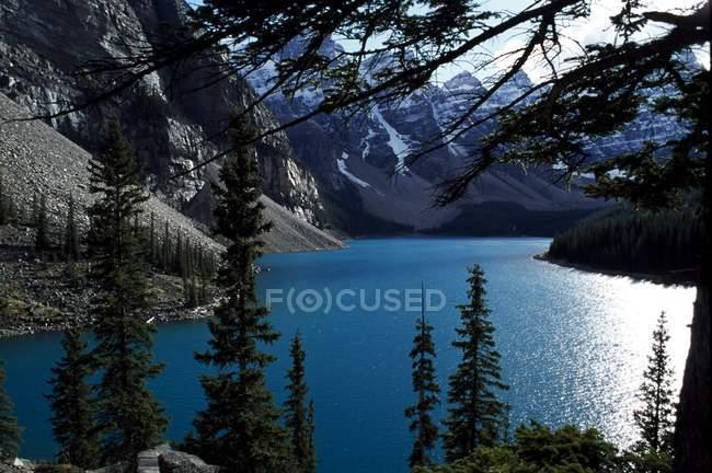 Lago nelle montagne rocciose canadesi — Foto stock